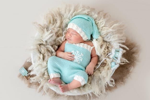 Beau nouveau-né dans le panier