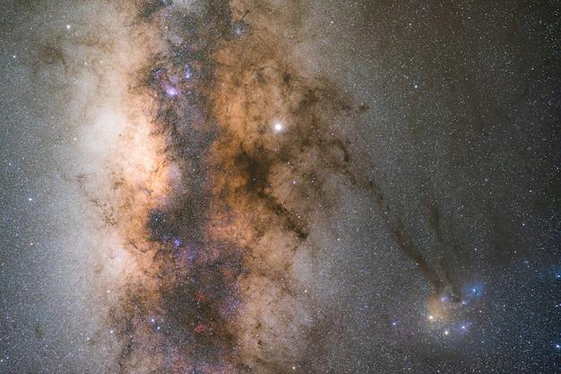 Beau noyau galactique de la voie lactée avec le complexe de nuages rho ophiuchi. photographie longue exposition.