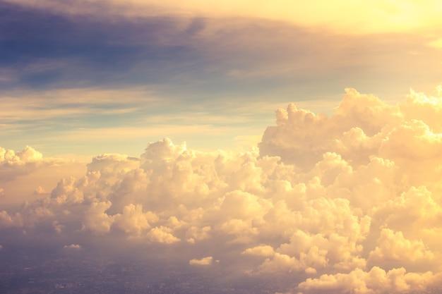 Beau nuage doré vue d'avion.