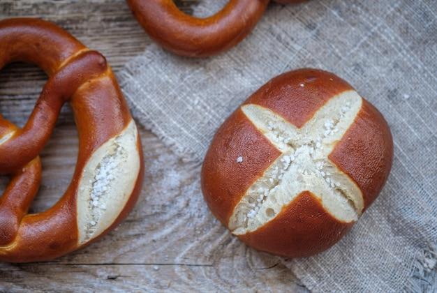 Beau pain de blé fait maison avec du gros sel sur table en bois