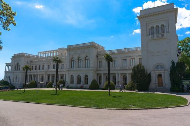 Beau palais blanc dans la banlieue de yalta en crimée. livadia.