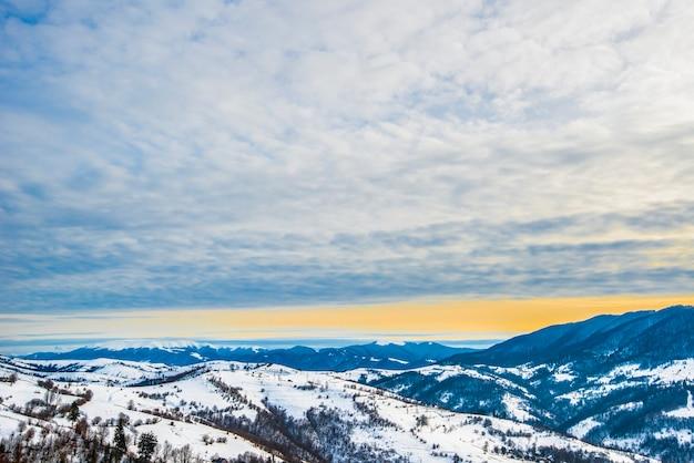 Beau panorama sur les pentes des montagnes avec des sentiers dominant les collines