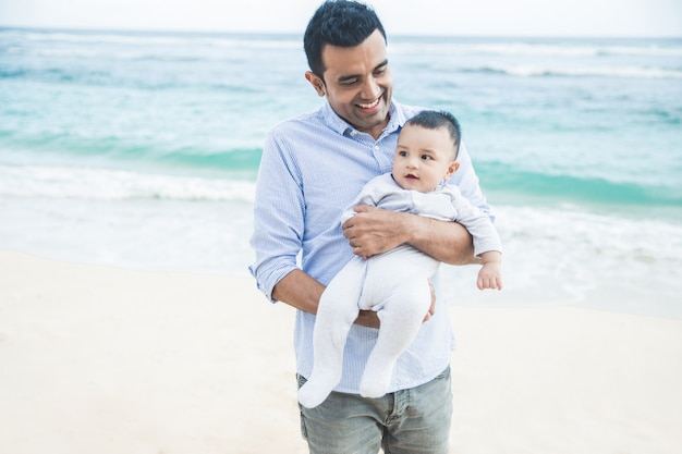 Beau papa avec son fils mignon