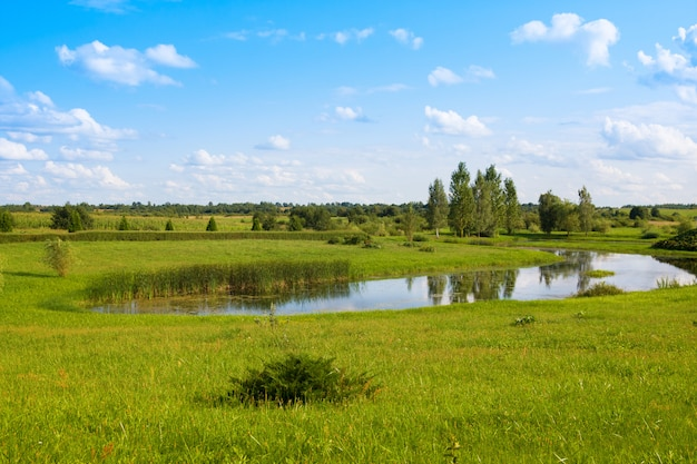 Beau parc avec étang près de l'église sainte-anne de mosar, en biélorussie, site de la mission jésuite
