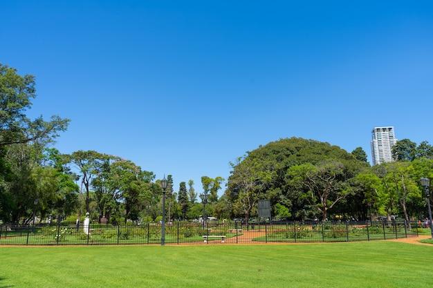 Beau parc public plein de roses de différents types et couleurs avec la ville. rosedal de palermo à buenos aires, argentine. vue panoramique.