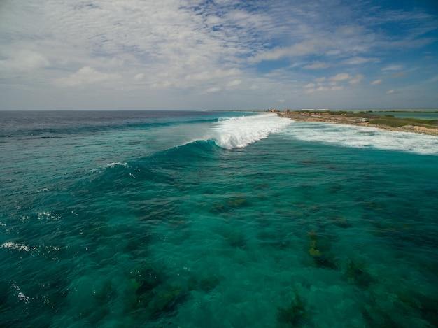 Beau paysage à angle élevé de l'océan après l'ouragan à bonaire, caraïbes