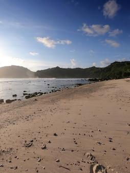 Beau paysage d'après-midi à wediombo beach wediombo beach situé à gunung kidul yogyakarta indonésie