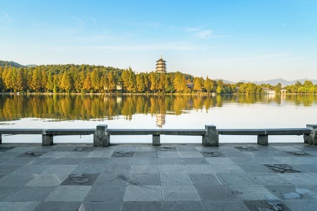 Beau paysage architectural et paysage à west lake, hangzhou