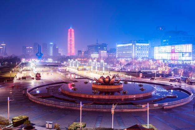 Beau paysage architectural urbain de nuit nocturne à jinan, province du shandong