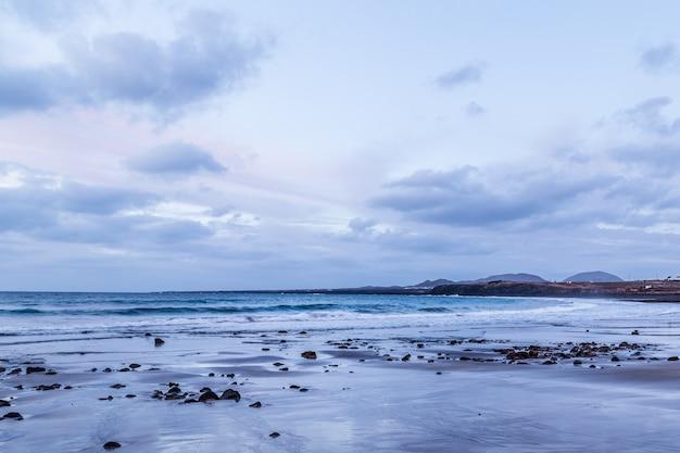 Beau paysage au coucher du soleil sur la plage de lanzarote, îles canaries.