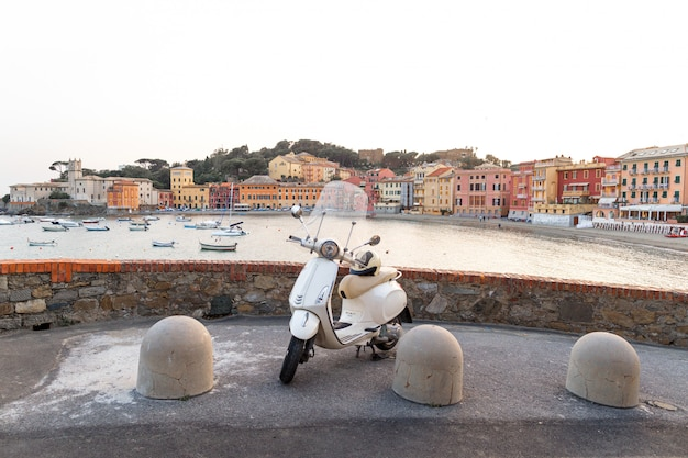 Beau paysage au lever du soleil avec une moto dans un pont