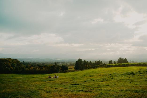 Beau paysage et au loin des gens assis