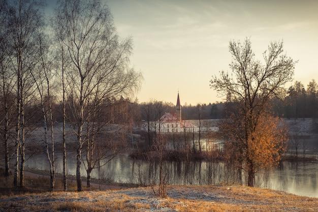 Beau paysage d'automne avec un arbre près de l'ancien palais. gatchina. russie.