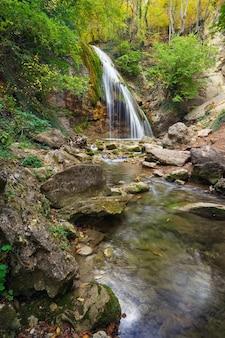 Beau paysage d'automne avec cascade