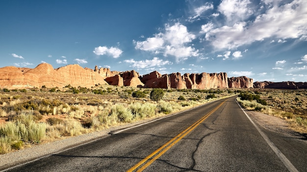 Beau paysage d'une autoroute dans un paysage de canyon à arches national park, utah - usa