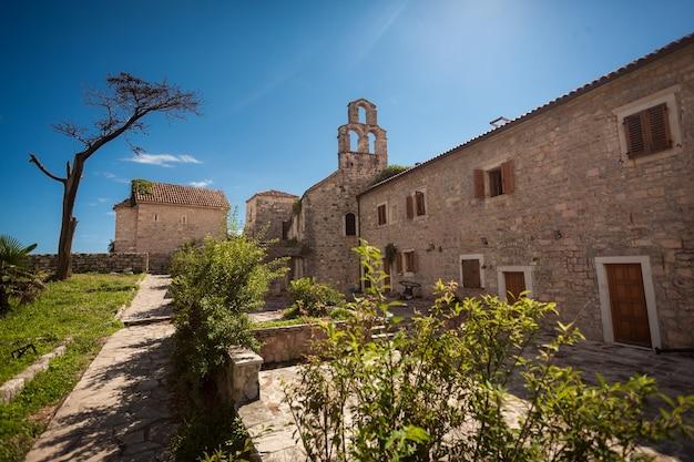 Beau paysage de la basilique antique à la forteresse