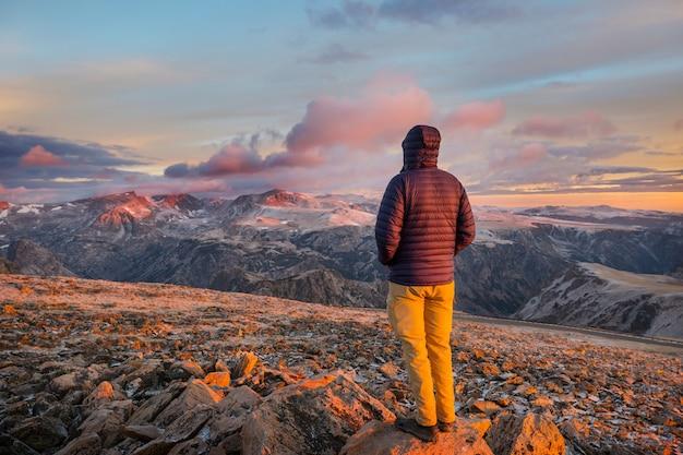 Beau paysage de beartooth pass. forêt nationale de shoshone, wyoming, usa. scène du lever du soleil.