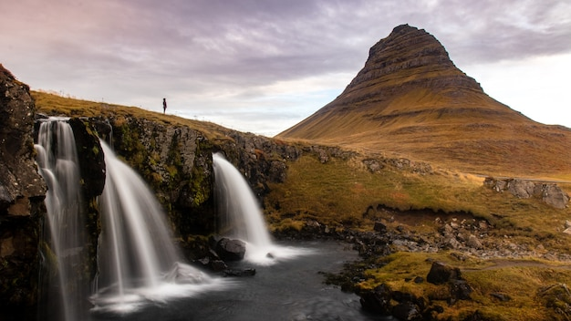 Beau paysage avec des cascades