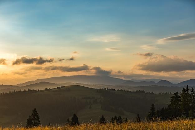 Beau paysage de la chaîne de montagnes au lever du soleil