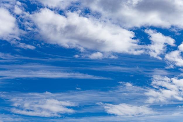 Beau Paysage D'un Ciel Bleu Nuageux - Parfait Pour Les Espaces Photo gratuit