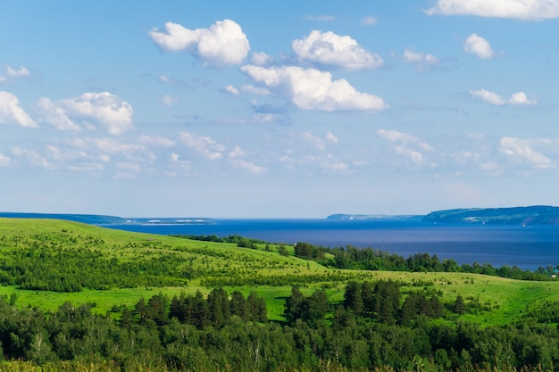 Beau paysage avec collines, prés et rivière