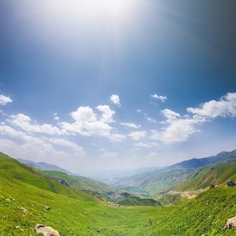 Beau paysage avec des collines verdoyantes et un magnifique ciel nuageux explorant l'arménie