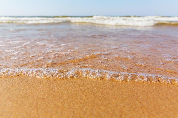 Beau paysage de la côte de la mer. des vagues sur la côte. sable jaune
