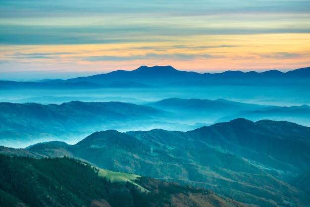 Beau paysage avec coucher de soleil dans les montagnes bleues