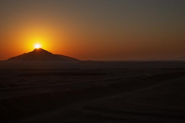 Beau paysage dans les montagnes au lever du soleil