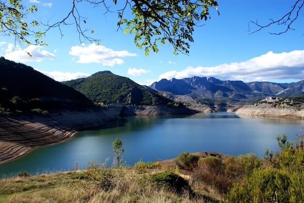Beau paysage du barrage de porma, boñar, león