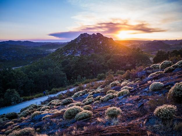 Beau paysage du coucher de soleil à couper le souffle au parc naturel de montesinho au portugal