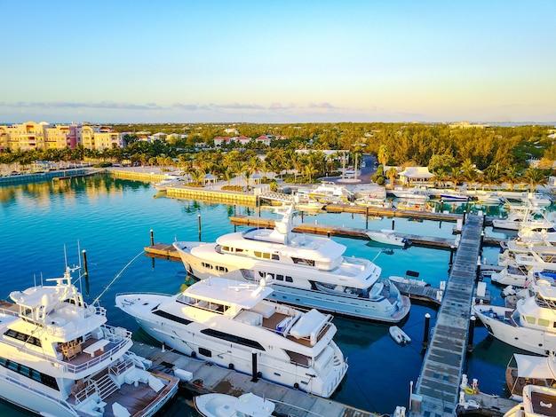 Beau paysage du lever du soleil à la marina des îles turques et caïques