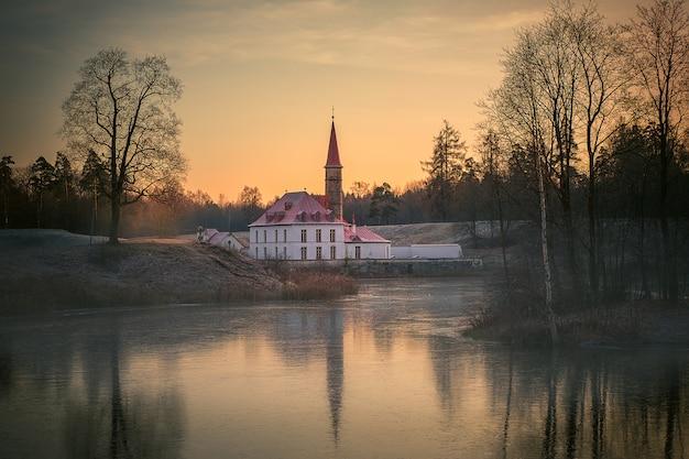 Beau paysage du soir avec un ancien palais au bord du lac. gatchina. russie.