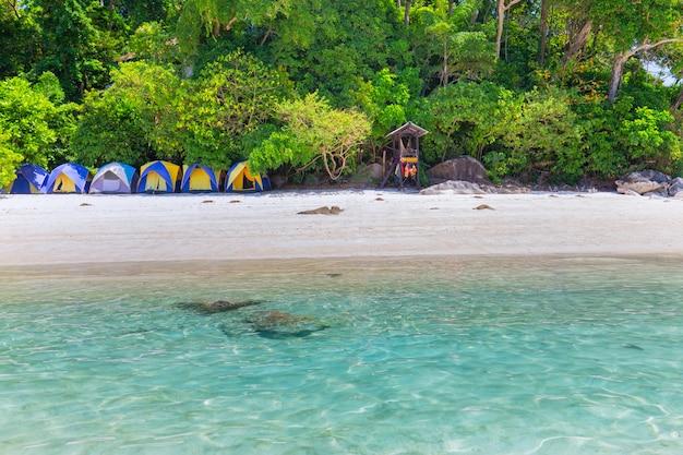 Beau paysage et eau claire à l'île similan, mer d'andaman, phuket, thaïlande