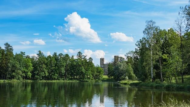 Beau paysage d'été avec un étang près de l'ancien palais. gatchina. russie.