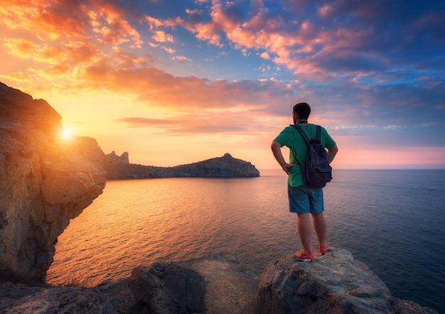 Beau paysage d'été avec homme debout avec sac à dos