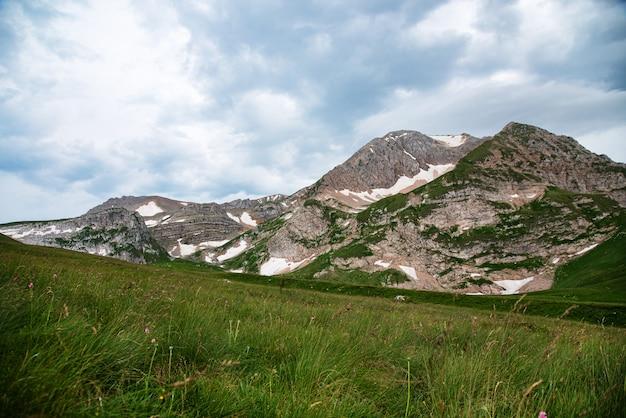 Beau paysage d'été par temps nuageux dans les montagnes