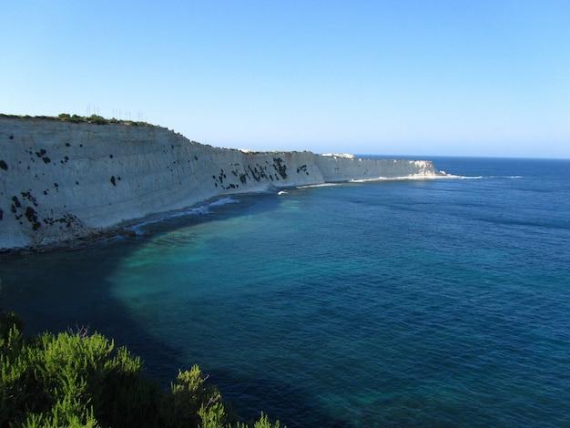 Beau paysage de la falaise fascinante le long de l'océan