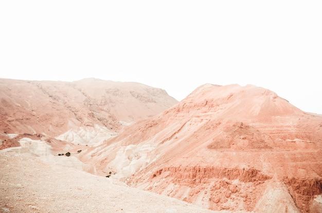 Beau paysage de formations rocheuses et de dunes.