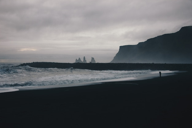 Beau paysage de fortes vagues de l'océan par temps brumeux dans la campagne