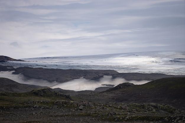 Beau paysage avec glacier sur le sentier fimmvorduhals de journée ensoleillée d'été, l'islande.