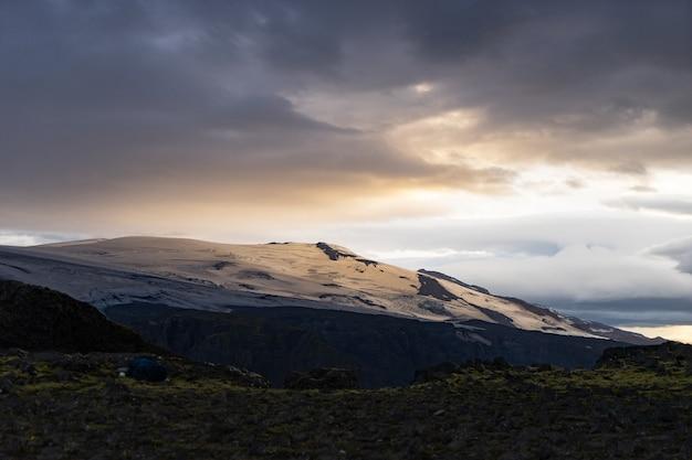 Beau paysage avec glacier sur le sentier fimmvorduhals pendant le coucher du soleil, l'islande.