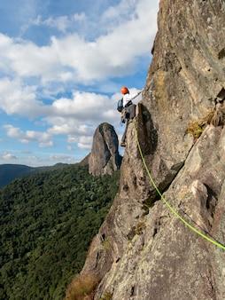 Beau paysage avec grimpeur