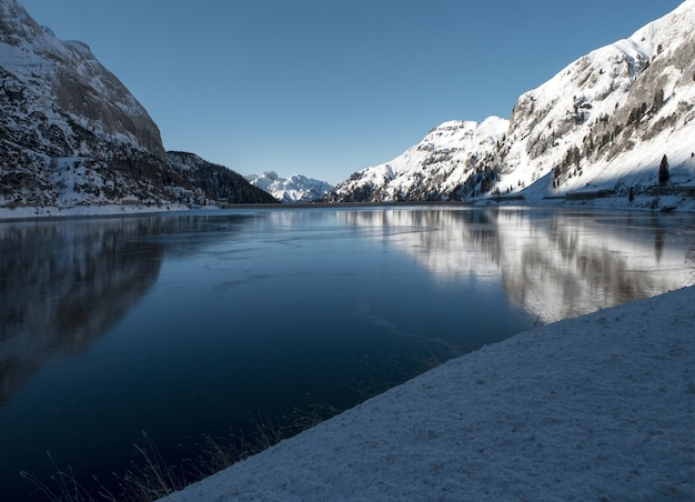 Beau paysage de hautes montagnes couvertes de neige se reflétant sur le lac dans les dolomites