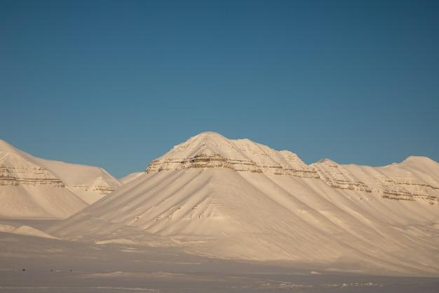 Beau paysage d'hiver arctique avec des montagnes couvertes de neige sur svalbard, norvège