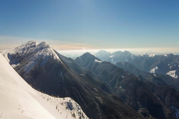 Beau paysage d'hiver. pente raide de colline de montagne avec de la neige profonde blanche,