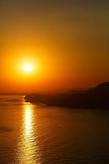 Beau paysage d'horizon océan coucher de soleil. coucher de soleil horizon vue sur la mer. vue sur la mer coucher de soleil