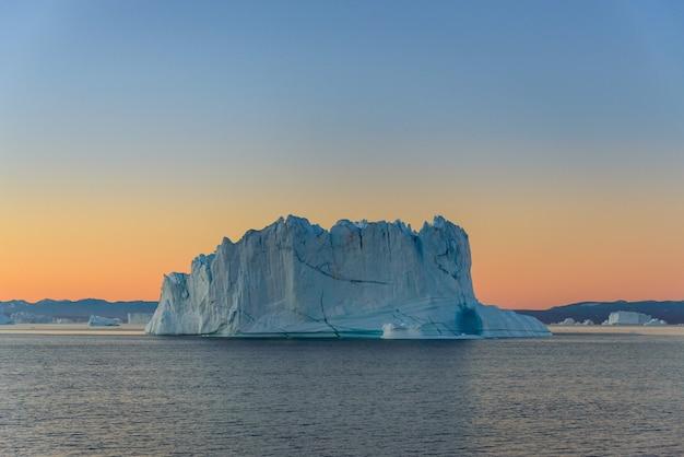 Beau paysage avec iceberg au groenland à l'heure d'été.