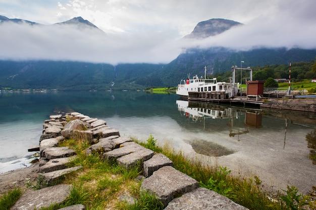 Beau paysage avec lac et bateau en norvège