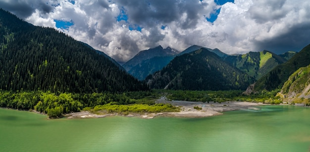 Beau paysage avec un lac de montagne
